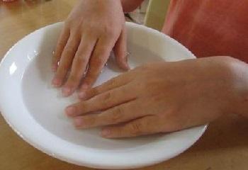 Замачивание пальцев в теплой воде