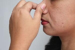 Выдувание воды с уха, закрыв нос