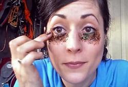 Нанесение кофейной маски на глаза