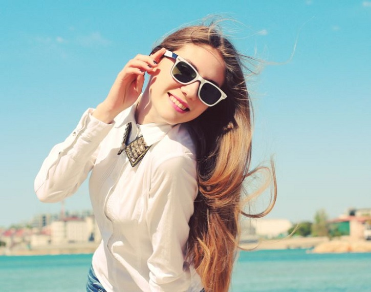 Девушка в солнцезащитных очках на улице