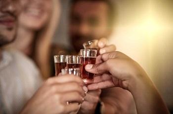 Употребление алкоголя в компании