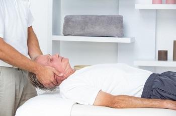Хиропрактика с шеей у пожилого человека