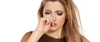 Девушка чешет нос