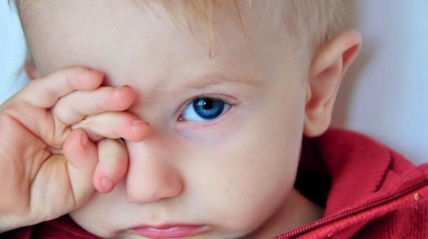 Трение глаз ребенком